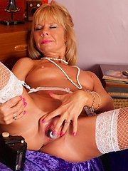 Tan blonde Anilos Cathy Oakely gets off with a vibrator